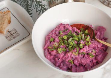 Sałatka śledziowa z ziemniakami, buraczkami ogórkami i czerwoną cebulą