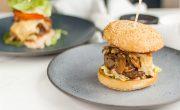 amerykański burger z grzybami, boczkiem i serem