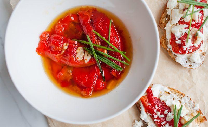 pieczona papryka marynowana w oliwie i czosnku