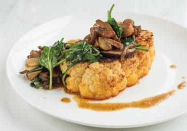 Stek z kalafiora z grzybami i szpinakiem