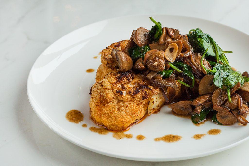 weganski stek z kalafiora z grzybami