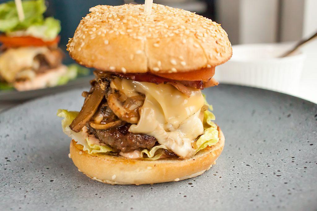 burger wolowy z pieczarkami, serem i boczkiem