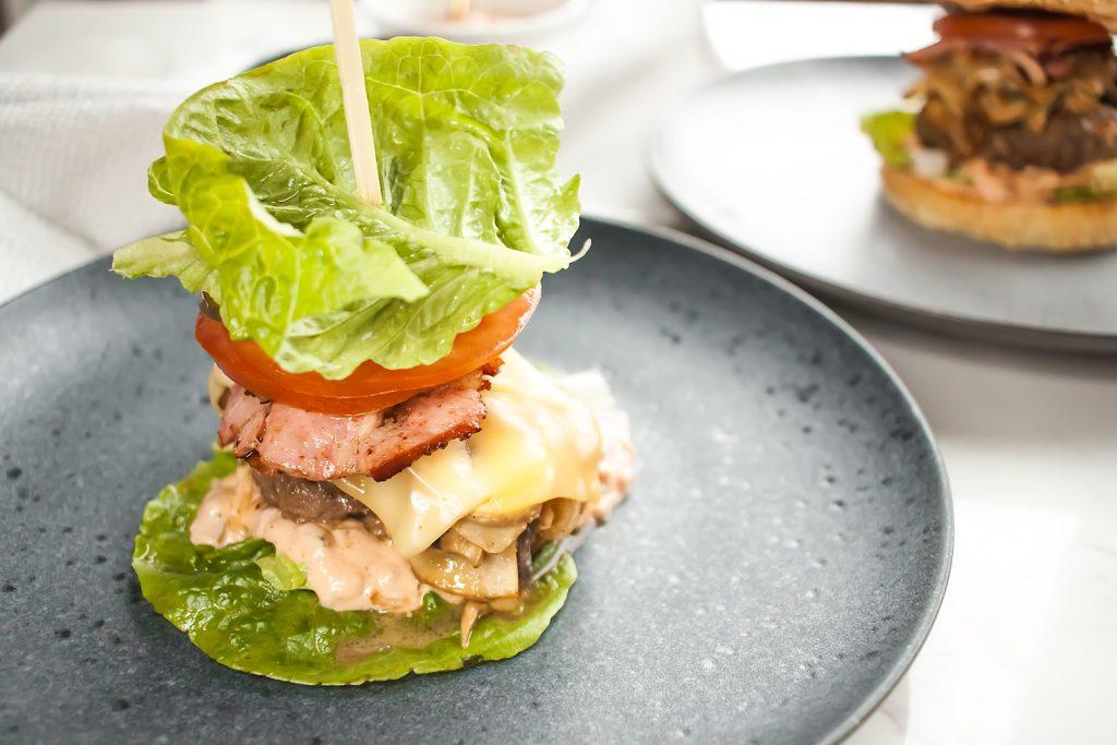 fit burger bez bułki z grzybami, boczkiem i serem