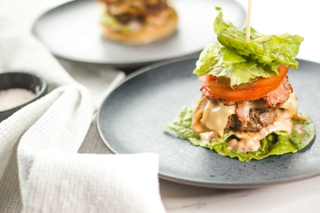 burger keto bez bułki z boczkiem i grzybami