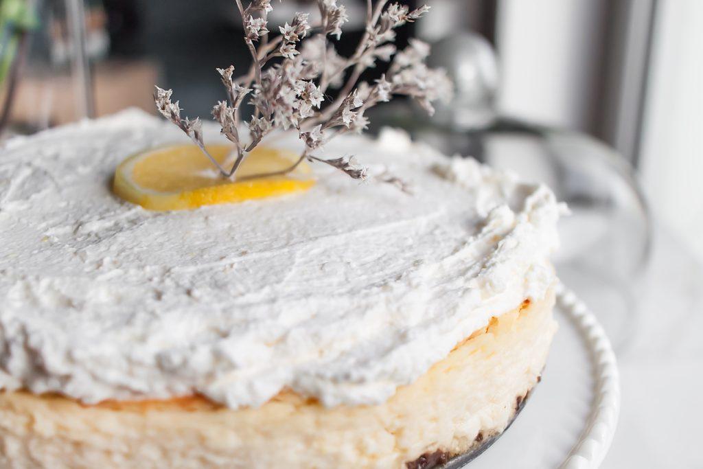 prosty i puszysty sernik cytrynowy z kremem z mascarpone