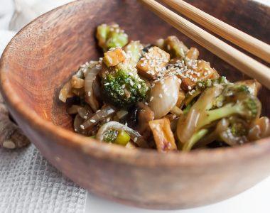 Wegański stir Fry z pieczarkami, brokułami i wędzonym tofu