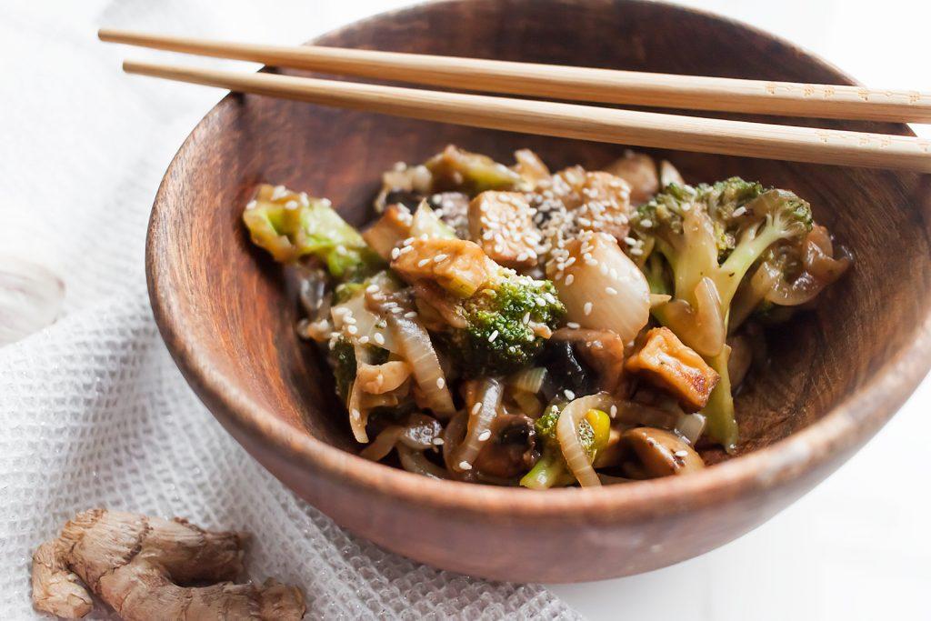 wegański stir fry z brokułami, wędzonym tofu i pieczarkami