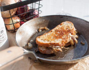 Chrupiąca grzanka z ciągnącym się serem i karmelizowaną cebulą