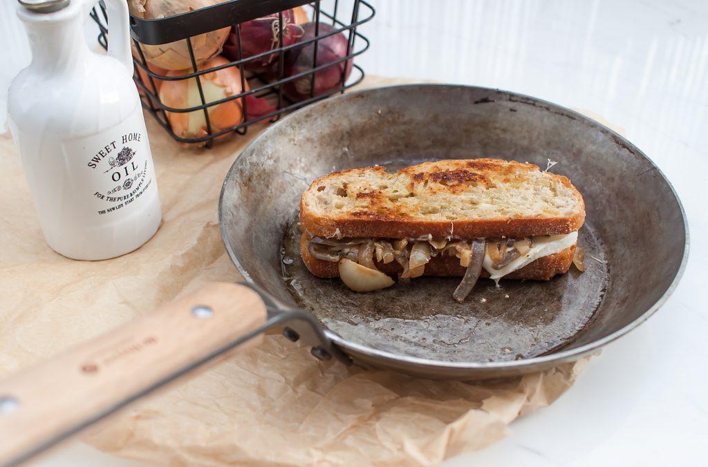 grzanka tost z ciągnacym się serem i karmelizowaną cebulą