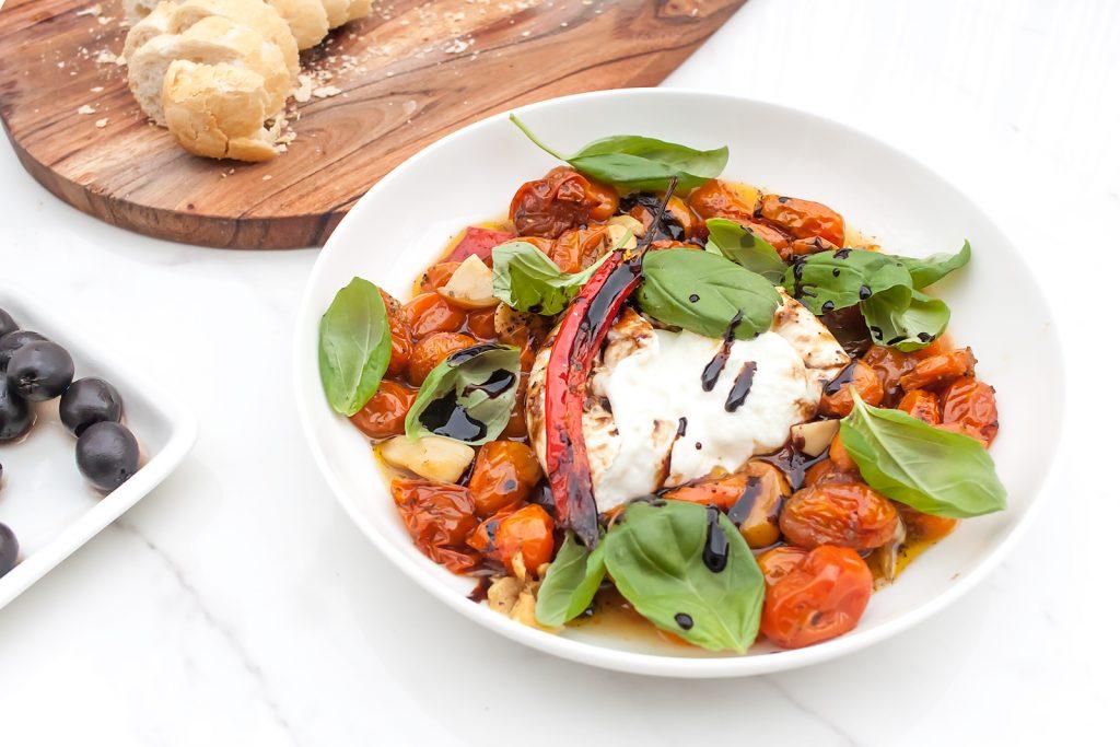 burrata z pieczonymi pomidorami i bazylią