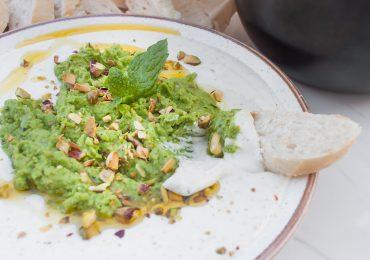 Ubijana feta z zielonym groszkiem, pistacjami, parmezanem i miętą
