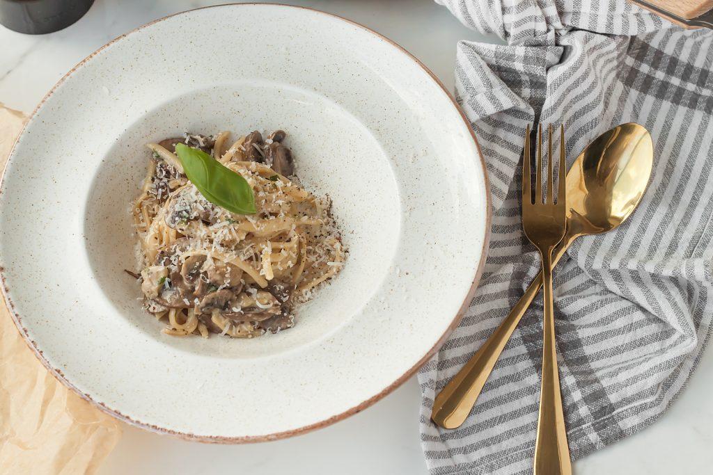 makaron w kremowym sosie smietanowym z pieczarkami