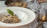 makaron z pieczarkami w sosie smietanowym z parmezanem i pietruszka