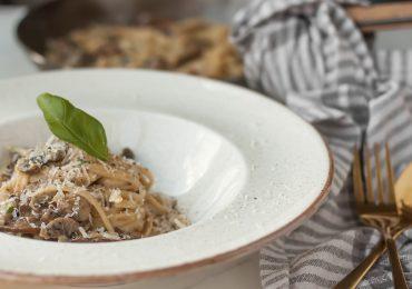 Makaron w kremowym sosie z brązowymi pieczarkami i parmezanem
