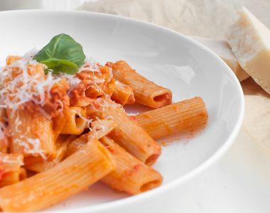 Rigatoni w kremowym sosie pomidorowym z chorizo i śmietaną