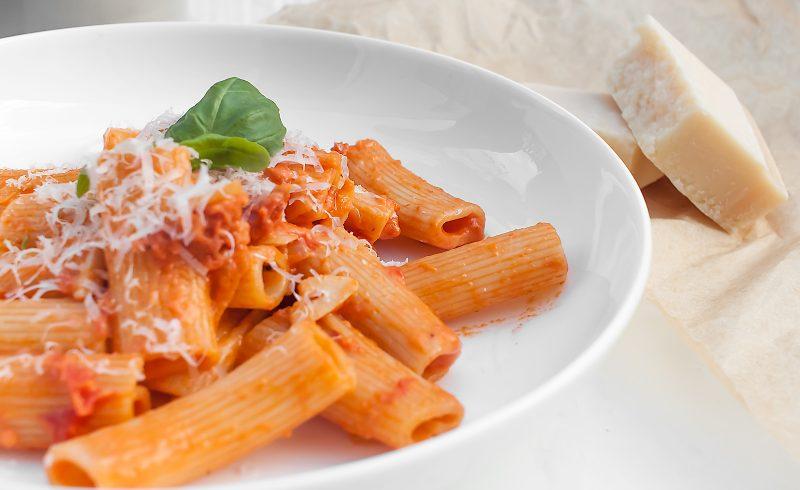 rigatoni z chorizo w sosie pomidorowym z parmezanem
