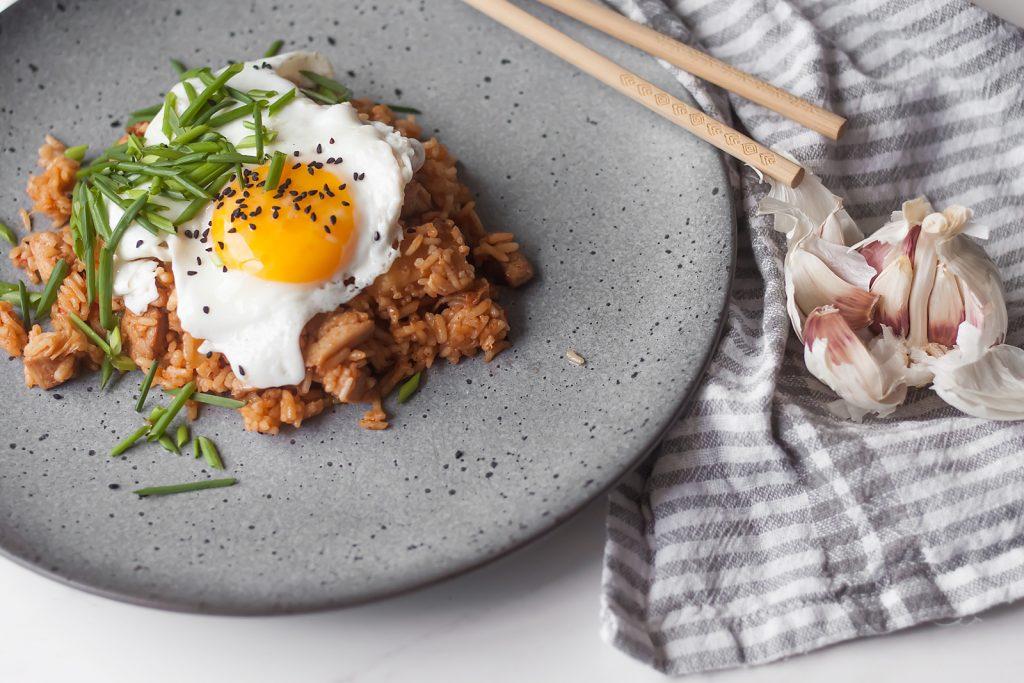 smażony ryż z kimchi, kurczakiem i ananasem, podany z jajkiem sadzonym