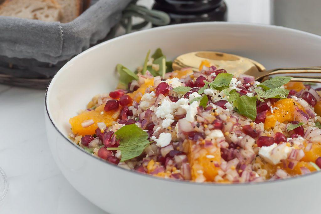 zdrowa sałatka z kaszą, pomarańczą, granatem, rukolą i serem feta