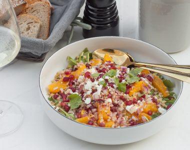Sałatka z komosą ryżową, pomarańczą, fetą i cytrusowym dressingiem
