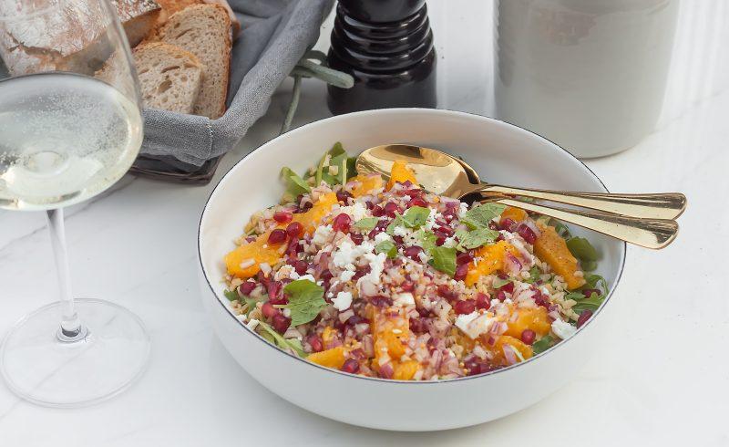 zdrowa sałatka z komosą ryżową, pomarańczami i fetą