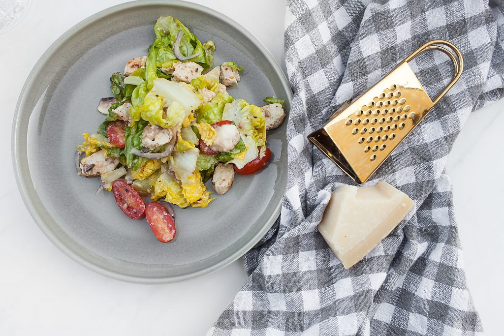 szybka sałatka z kurczakiem, parmezanem i sosem z anchois