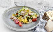 szybka sałatka z kurczakiem, parmezanem i dressingiem z anchois