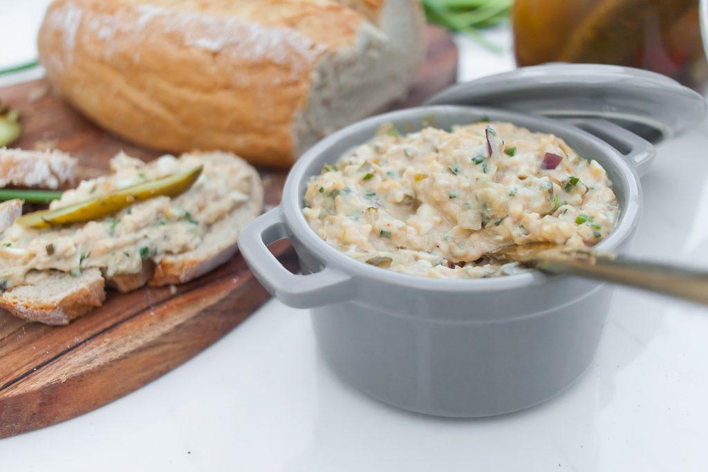 pasta do chleba z tuńczykiem, jajkami, kaparami i szczypiorkiem