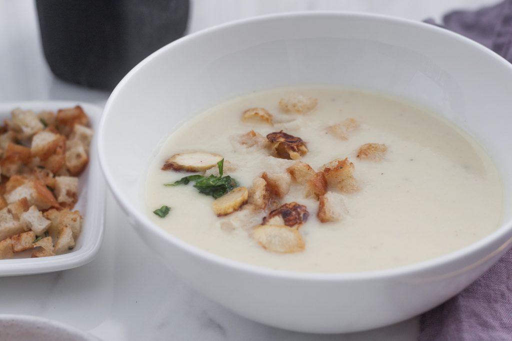 zupa krem z bialych szparagow z grzankami i parmezanem