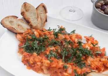 Krewetki w maślano-pomidorowym sosie