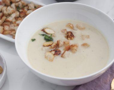 Zupa krem z białych szparagów z parmezanem i grzankami