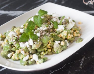 Letnia sałatka z bobem, kukurydzą, serem feta i domowym, zielonym dressingiem