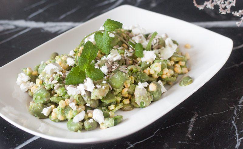 letnia sałatka z bobem, świeżą kukurydzą, domowym sosem i serem feta