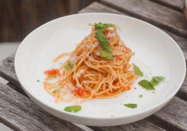 Klasyczny makaron w sosie ze świeżych pomidorów z bazylią i parmezanem