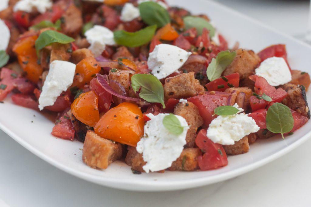 panzanella czyli letnia sałatka toskańska z marynowanymi pomidorami i ricottą