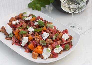 Panzanella czyli Toskańska sałatka z marynowanymi pomidorami, grzankami i ricottą