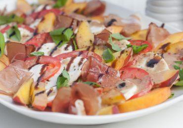 Letnia sałatka z brzoskwiniami, mozzarellą i szynką parmeńską