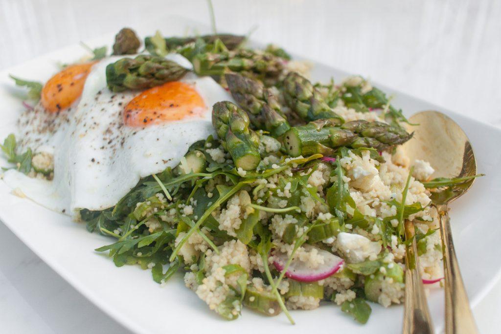 szybki lunch do pracy sałatka ze szparagami, kuskusem, jajkiem i fetą