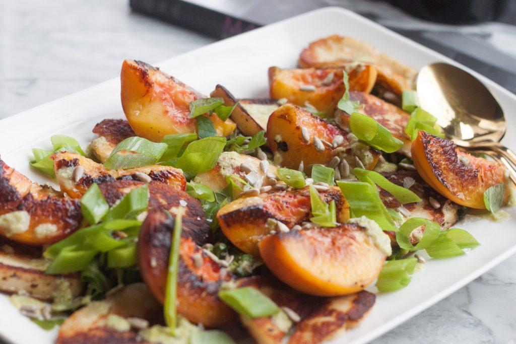 sałatka z grillowanymi brzoskwiniami i serem halloumi