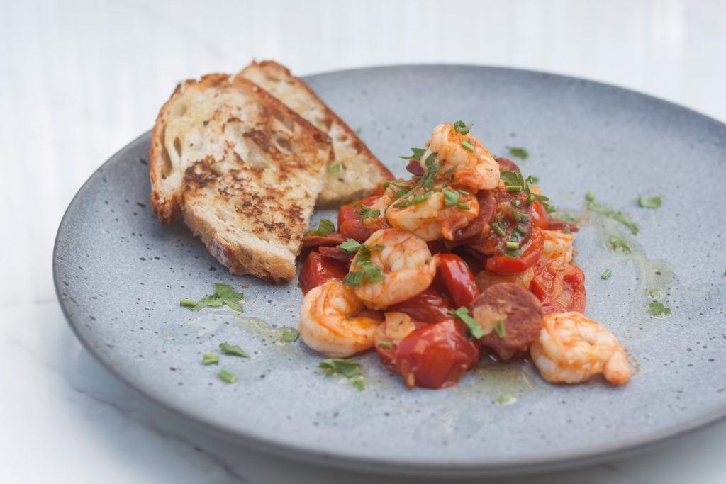 krewetki z chorizo i pomidorkami - prosty przepis