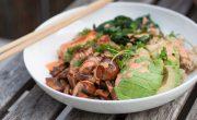 Bowl z pstrągiem tęczowym, komosą ryżową, szpinakiem i pieczarkami
